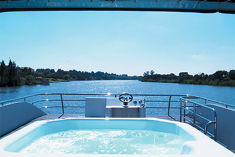 liquid-living-houseboat-with-jacuzzi